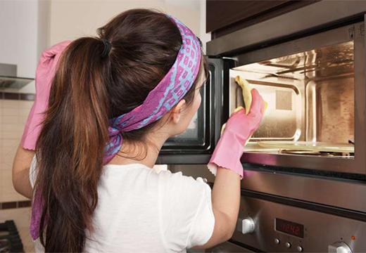 девушка чистить микроволновку