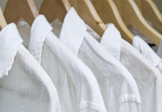 белые блузки на вешалках