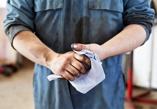 человек вытирает руки