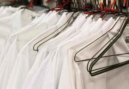белые лабораторные халаты