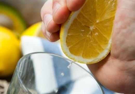 выжимать лимон