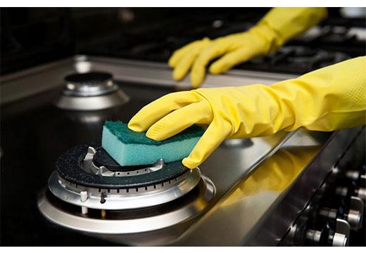 Чистка плиты в перчатках