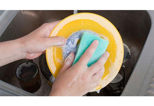Мытье грязной тарелки руками
