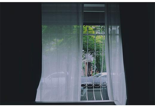 Черные шторы и белый тюль
