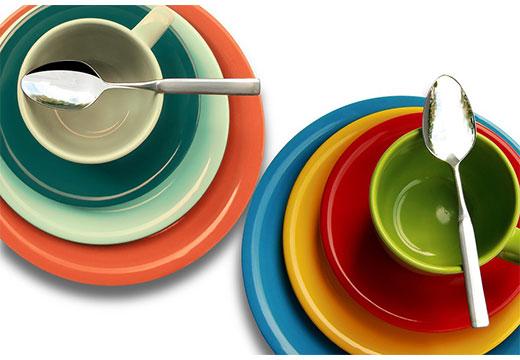 Разноцветная чистая посуда