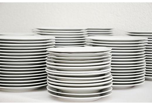 Стопки белых тарелок