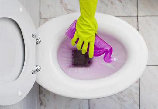 чистящее средство в руке