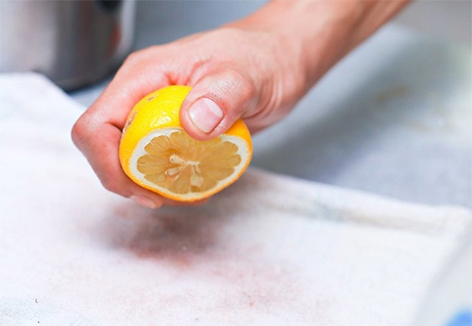 половина лимона в руке