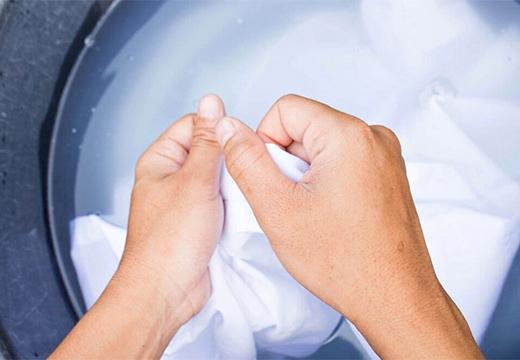 руки и белая ткань
