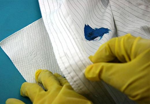 перчатки и синее пятно