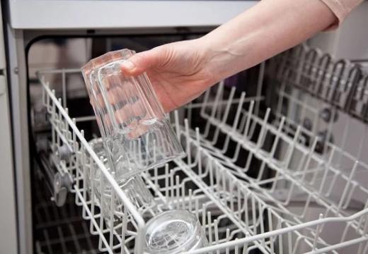 доставать стакан из посудомойки