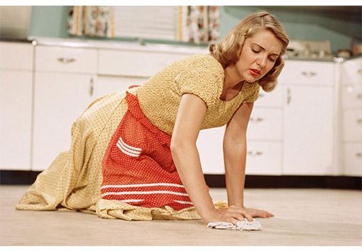 Домохозяйка моет полы