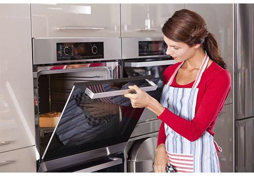 Девушка готовит в духовке