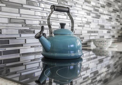 Металлический чайник с накипью