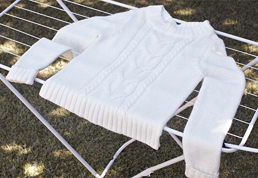 белый свитер на сушилке