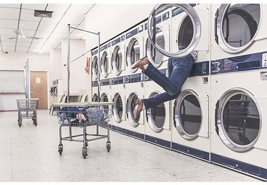 Девушка в стиральной машине