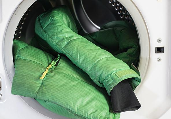 зеленый пуховик в стиралке