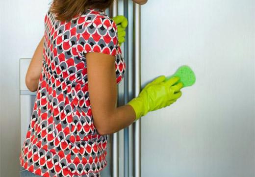 Женщина моет стенку