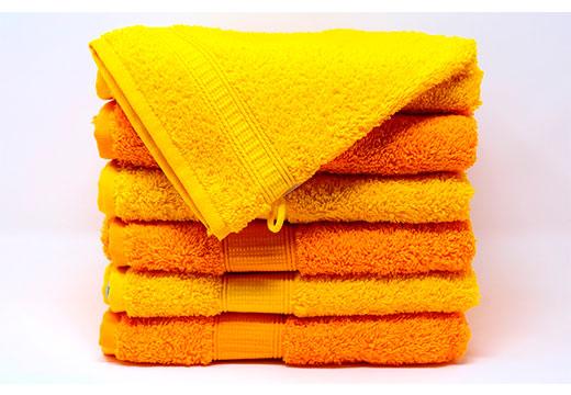 стопка оранжевых полотенец
