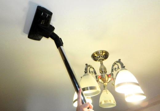 пылесосить потолок