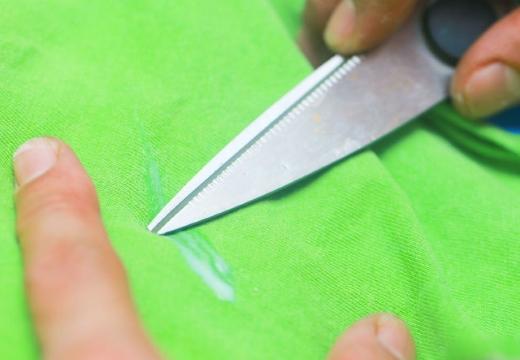 счищать пятно ножом