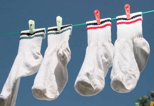 белые носки на веревке