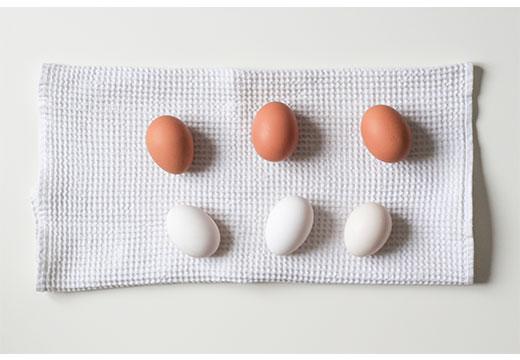 яйца на кухонном полотенце
