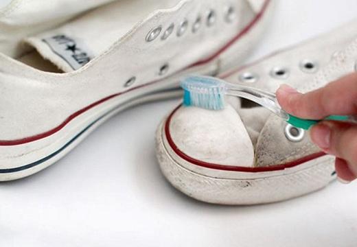 Зубная щетка и кеды