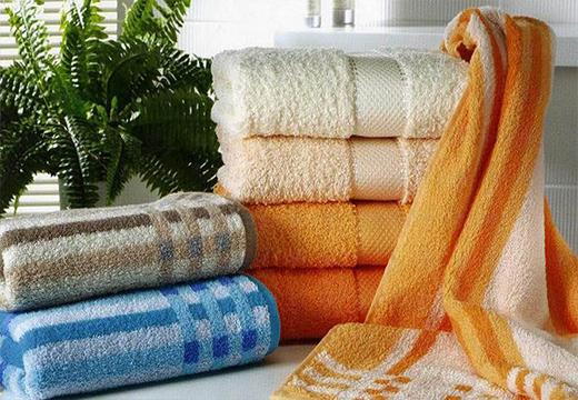 Стопки махровых полотенец