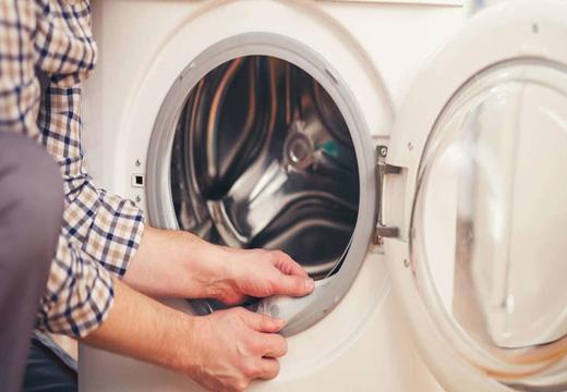 чистят резину стиральной машинке