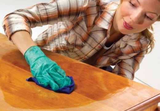 женщина моет стол