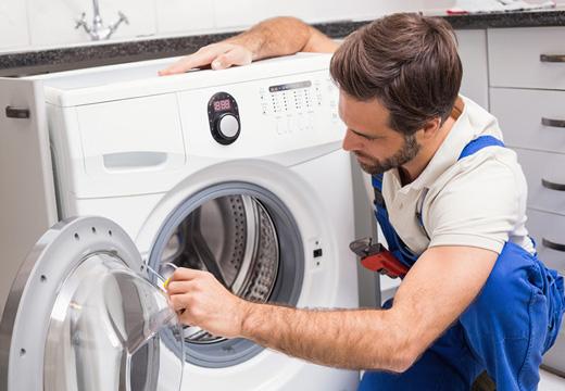 мужчина чистит технику