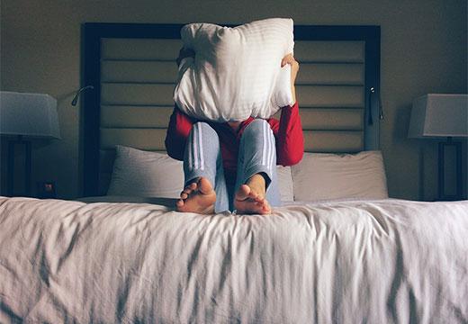 Человек с подушкой