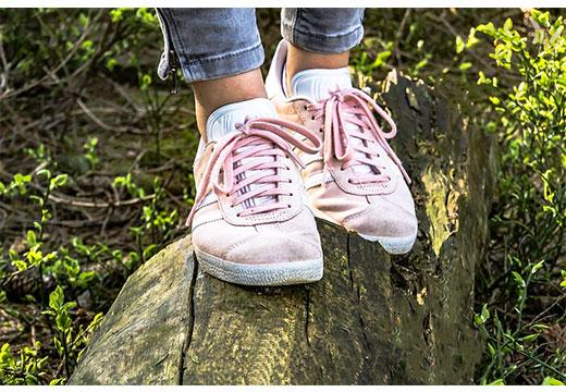 Розовые грязные кроссовки