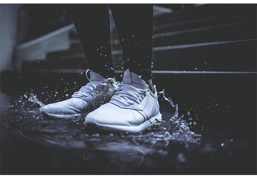 Белые кроссовки мокрые