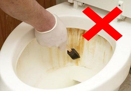 чистить унитаз скрепком