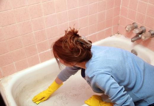 женщина моет ванную